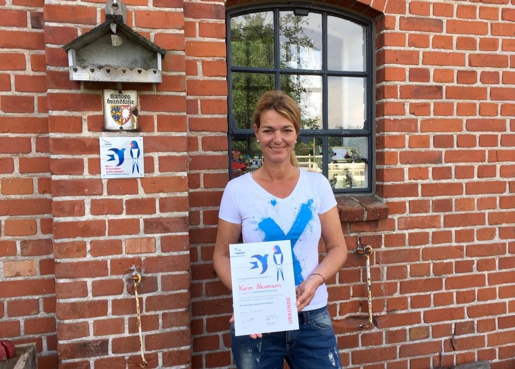 Karin Neumann mit dem Schwalben-Zertifikat des NABU.